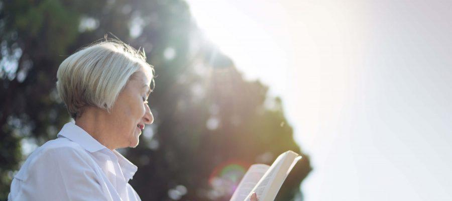 Mujer leyendo libro / Woman reading book