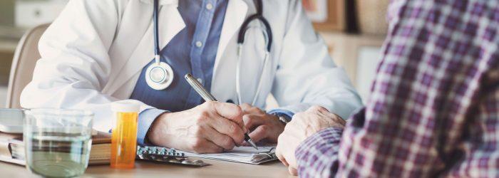 Doctor escribiendo receta / Doctor writing prescription