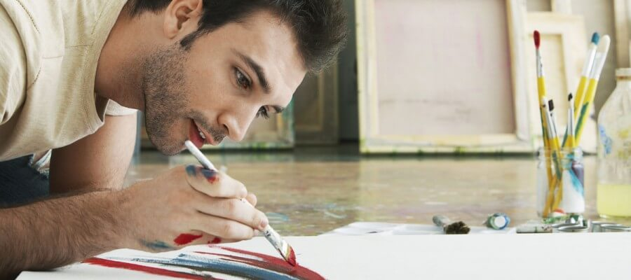 Hombre Pintando en el Piso