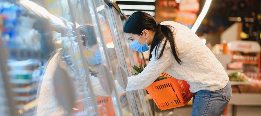 Fémina haciendo compras en el supermercado