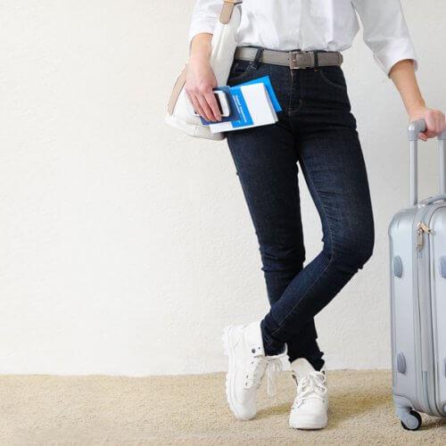 Mujer con pasaje de avión y equipaje