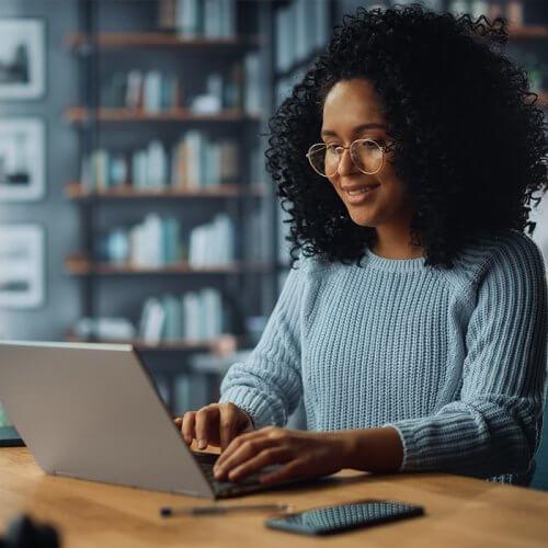 Mujer usando computadora / Woman using laptop